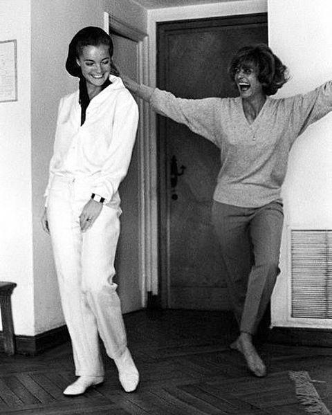 [Romy Schneider (23 Σεπτεμβρίου 1938 – 1982) με τη Μελίνα Μερκούρη να της δείχνει συρτάκι, στα mid60s] #romyschneider #melina #styleicon #syrtaki