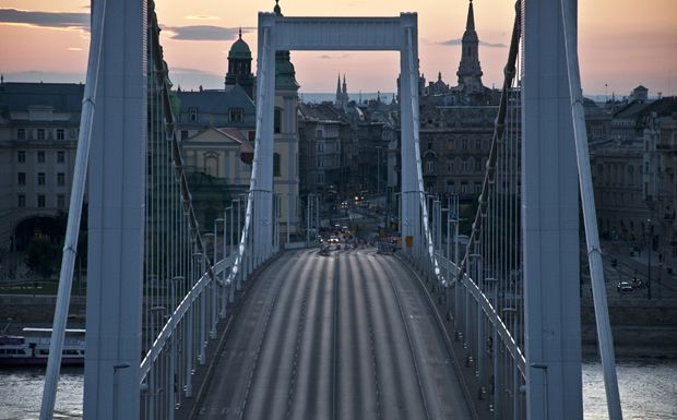 Az Erzsébet híd hajnali fényekbe burkolózva