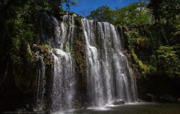 Wodospady  W północnej części Kostaryki, niedaleko granicy z Nikaraguą znajduje się Park Narodowy Tenorio. Najbardziej spektakularną jego częścią są wodospady Cataratas en Llanos de Cortés. Ukryte przed ludzkim wzrokiem z dala od autostrady panamerykańskiej zachwycą każdego, komu nie straszne wyboiste drogi. Kaskady mają ok. 15 metrów szerokości, a u ich podnóża znajduje się jezioro. To wymarzone miejsce na piknik!