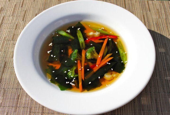 Es una receta que conjuga los vegetales terrestres como marinos, llena de minerales propios de las algas marinas y muy necesarios para nuestro organismo. Ideal para dietas.