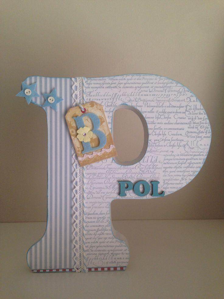 Letra de madera decorada a mano. P.