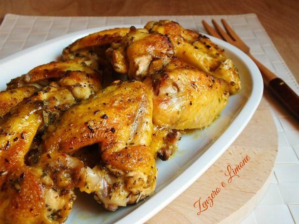 Le ali di pollo al forno sono un secondo molto appetitoso e sano. Inoltre, sono semplicissime da preparare. Perfette accompagnate a della patate arrosto.