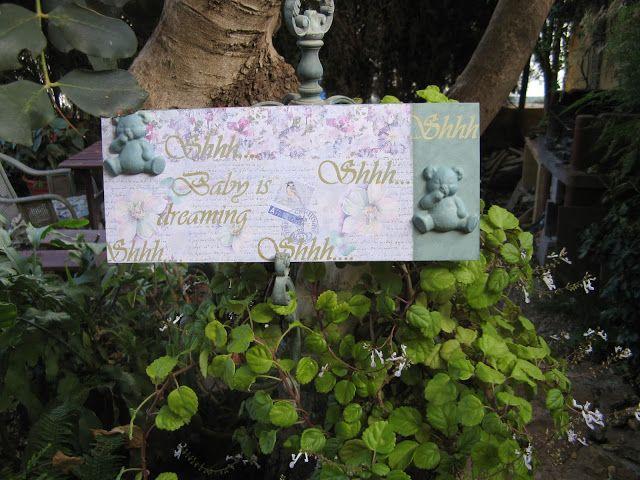 Tablilla DM decorada con papel decoupage, estarcidos y figuras de yeso
