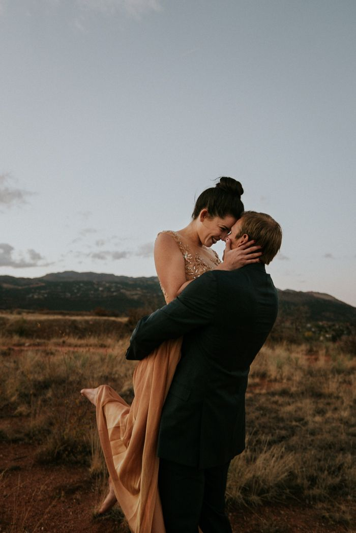 This Red Rocks Canyon engagement makes us believe in love   | Image by Lindy Hickman Photography