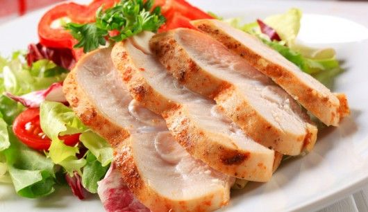 Bunter Salat mit Putenbrust an Honig-Senf-Dressing