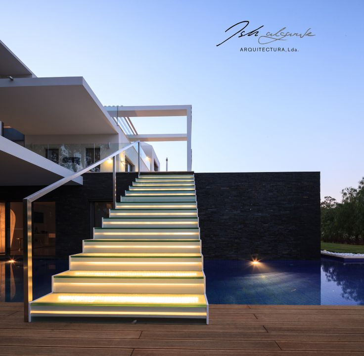 Illuminated steps to the pool