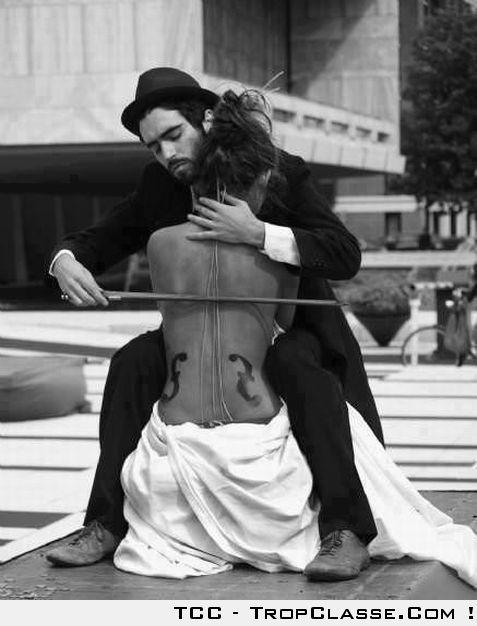 Femme violoncelle                                                                                                                                                                                 Plus