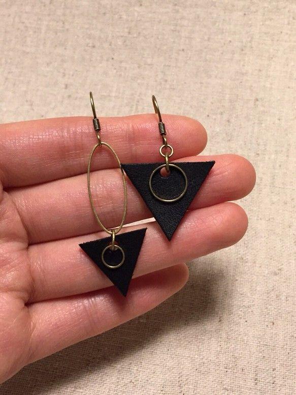 アンティーク風金古美金具と黒い革の△の組み合わせがカワイイ イヤリングです。イヤリング・ピアス・樹脂ピアス交換可能です。革の色変更はご相談ください。|ハンドメイド、手作り、手仕事品の通販・販売・購入ならCreema。