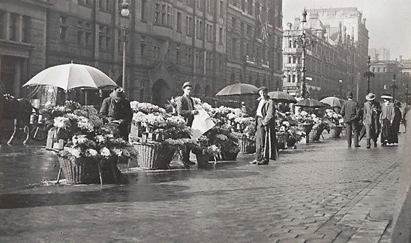 Harold Cazneaux - Flower sellers in Martin Place 1910