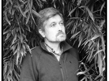 Mark Tritsmans (°1959) won in 2011 de Herman de Coninckprijs. Hij publiceerde een klein dozijn bundels die steeds herkenbaar zijn en toch verrassend. Zijn recente bundel 'De stilte van de wereld na ons' bevat naast nieuwe gedichten een selectie van 20 jaar dichterschap. De perfecte aanleiding voor een heerlijke Donderdag van de Poëzie op 25 april 2013.