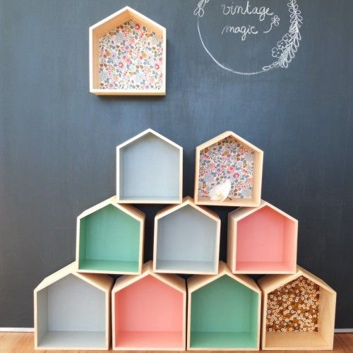 Idée déco : des boîtes en bois tapissées de tissus colorés et/ou à motifs.