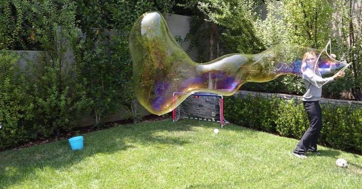 Tout le monde adore les bulles. Et quand elles sont géantes, c'est encore mieux! Profiter de l'été est toujours plus savoureux lorsqu'on a du plaisir à l'extérieur avec ses enfants sans dépenser des dizaines de dollars pour faire telle ou telle activ