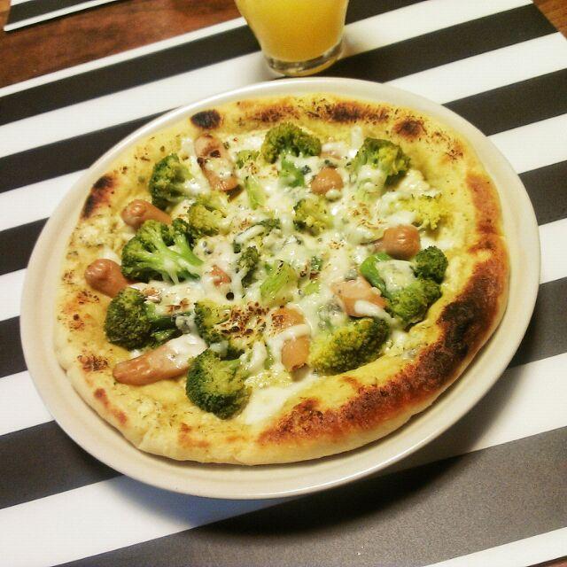 市販のバジルソース、CLASSICO4なチーズソース、ブロッコリーとウインナー、モッツァレラなシュレッドチーズを使用。  美味しくできて満足♪ - 13件のもぐもぐ - 夜ご飯。大豆粉入り生地のピザ☆ by pirararara