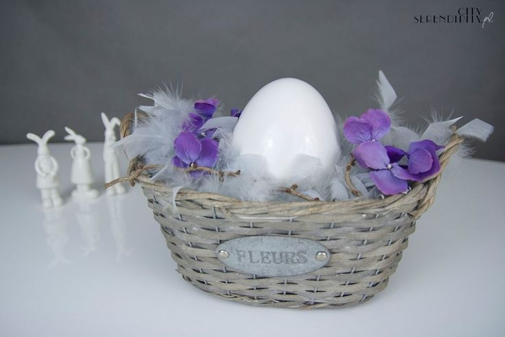 Easter centerpiece with feather boa and  http://cityserendipity.pl/lifestyle/wielkanocne-dekoracje-jaja-piora-i-mech/