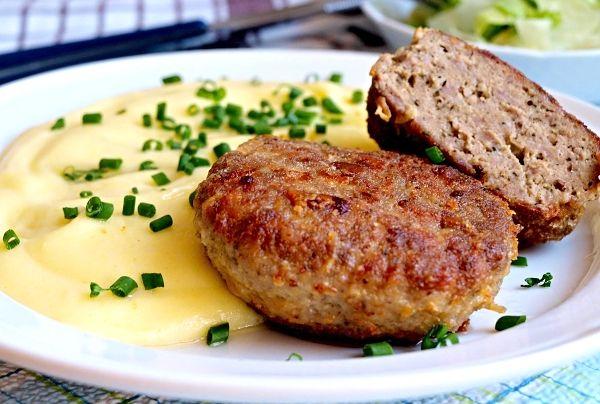 Na sádle usmažené karbanátky připravené ze směsi mletého masa, česneku, vajec, mléka, strouhanky, cibule a koření, servírované s bramborovou kaší.