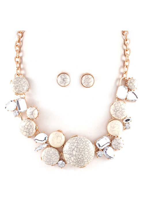 Neutral necklace and earrings// I bet looks great on tanned skin//