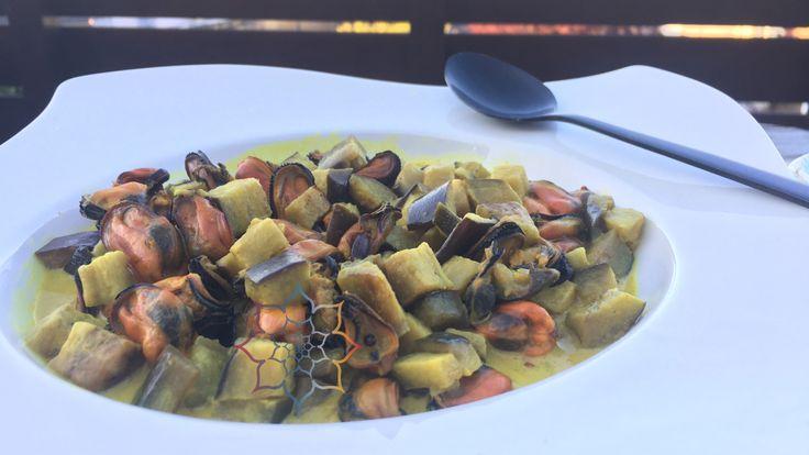 Asiatische Miesmuscheln: Gebratene Aubergine und Miesmuscheln in einer Soße aus Kurkuma und Kokosmilch. Lecker und gesund!