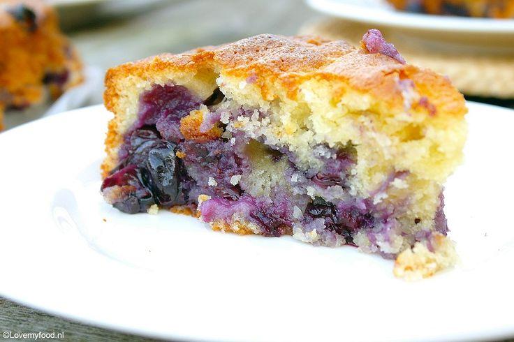 Deze cake met blauwe bessen smaakt het lekkerst als hij een nachtje in de koelkast heeft gestaan. Mijn advies: maak hem een