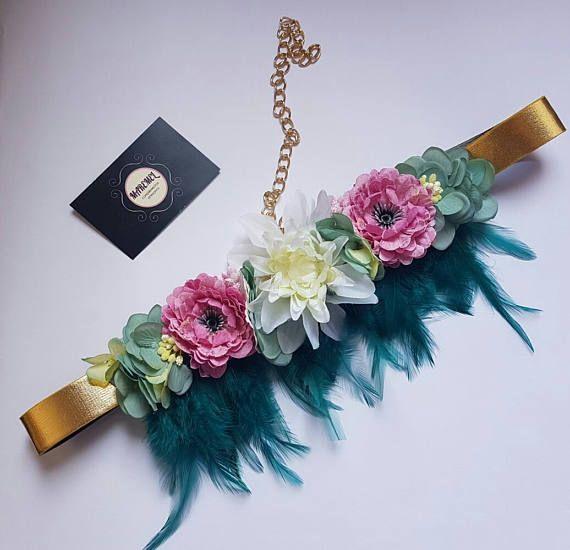 Cinturón dorado con plumas verde y flores rosas blanca y