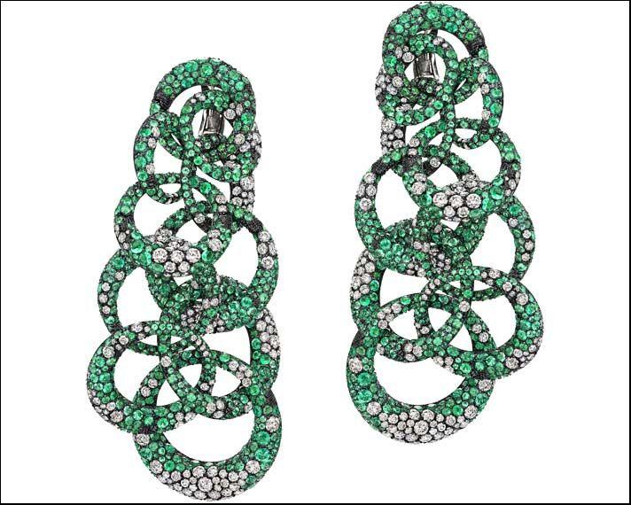 De Grisogono, orecchini Anelli Collection in oro bianco e titanio con pavé di smeraldi e diamanti bianchi