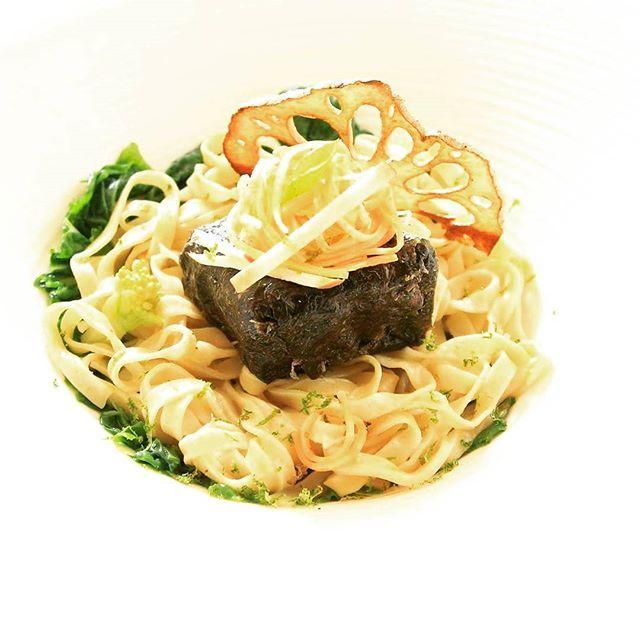 Tofu grillé - feuille d'algue - nouilles sautées - julienne poireau/patate douce - chips de lotus! #veggan #veggie #lotus #asianfood #foodgasm #tofu #noodles #mtl #privatechef #labelleassiette #chefprive