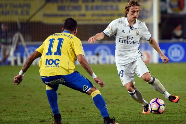 Real Madrid's Croatian midfielder Luka Modric (R) vies Las Palmas' midfielder Momo