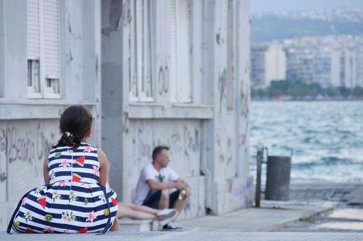 Κορίτσι με φόρεμα με καρπουζάκια. Λιμάνι. (Αύγουστος 2017)