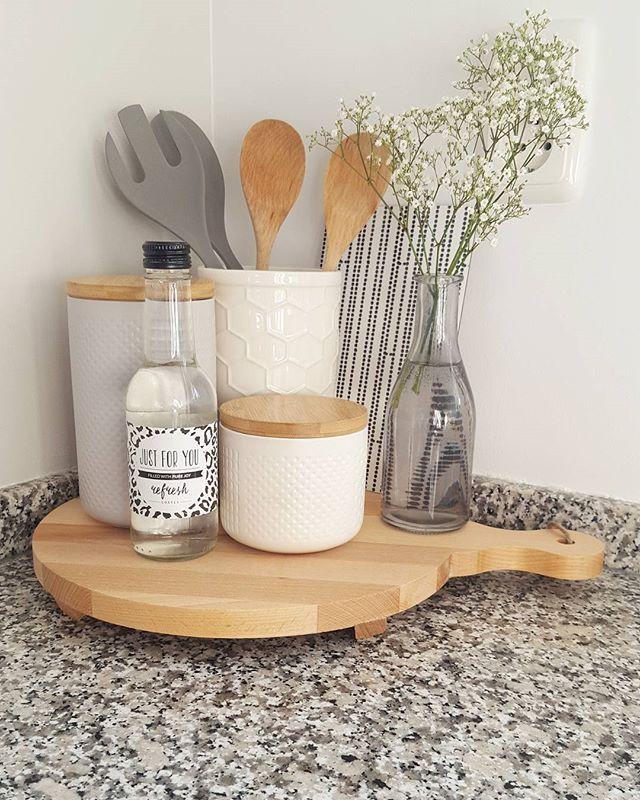 Favoriete hoekje in de keuken#kwantum #kwantum_nederland #kaasplank #basiclabel #gipskruid #costesfashion #ikea #keuken #kitchendetails #sostrenegrene #snijplank #houtenplank