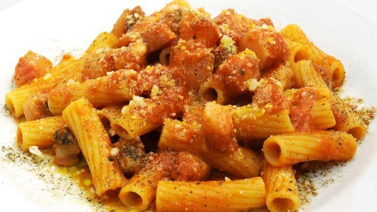 Rigatoni all'amatriciana, primo piatto, ricetta pasta con guanciale e pomodoro