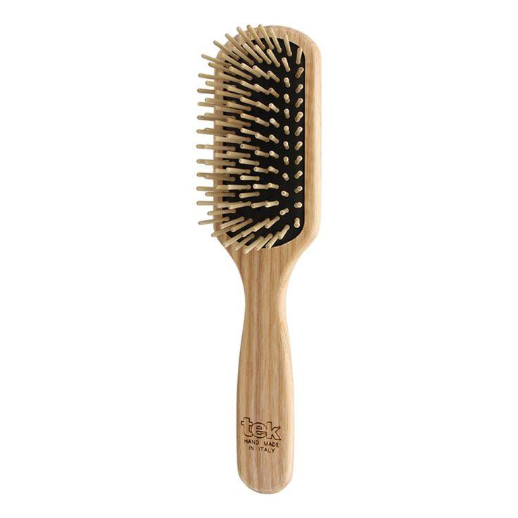 Stor rektangulär hårborste i trä, så kallad paddle brush, med korta träpiggar som är speciellt effektiv på tunt/fint och halvlångt hår. Storlek 22 x 5,5 cm. 100% handgjord i Italien. Askträdet kommer…