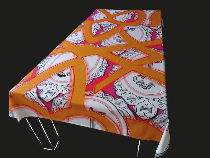 Dit is een echte blikvanger op tafel. Een tafelkleed met een prachtig lijnenspel. Op de achtergrond is er een groot patroon afgebeeld van sierlijsten met sleutels. Dit  tafelkleed wordt persoonlijk voor u gedrukt. Kies een standaard product of laat het maken in uw persoonlijke maat en kleuren. Het tafelkleed wordt hoogwaardig bedrukt op 246 gr/m2 stof van 100% katoen. Levertijd 4 a 5 weken.