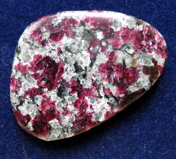 Нефелиновый сиенит - хибинит с вкрапленностью ярко-красного эвдиалита.