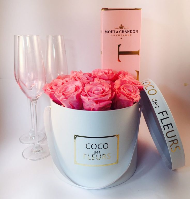 COCO des FLEURS #blushroses #boxedroses #lastingroses #moet #blushroses #cocodesfluers #cocoluxur #customroses #initialroses