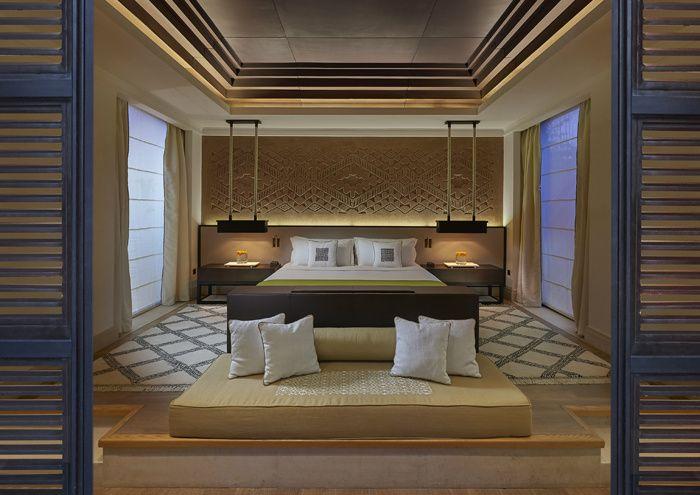 Un palais marocain d'un goût exquis, dont les intérieurs ont été modelés par le duo Gilles & Boissier, culmine depuis octobre sur l'hôtellerie de la Ville Rouge. Une chambre du Mandarin Oriental de Marrakech.