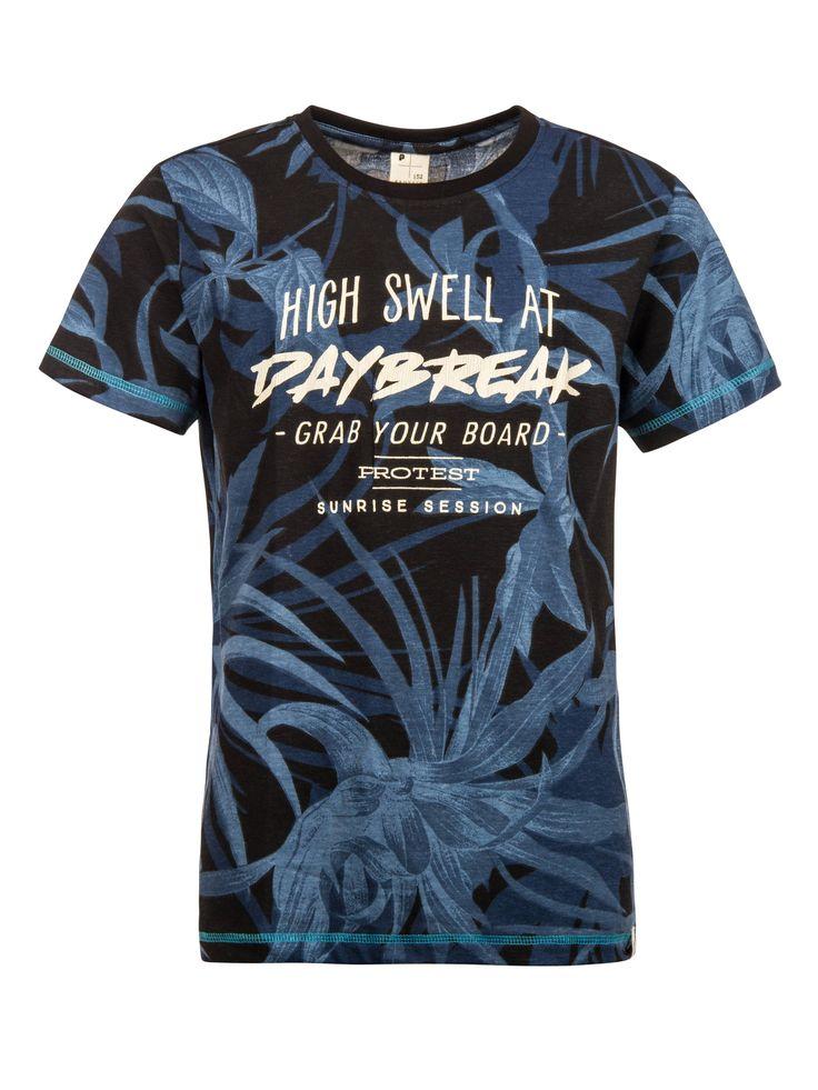 Het zwarte Spitz Jr T-shirt van Protest heeft een donkerblauwe, botanische print en een grote grafische tekstprint op borsthoogte. Met dit nauwsluitende en 100% katoenen T-shirt ben jij klaar voor een zomer vol avontuur, zon en strand!