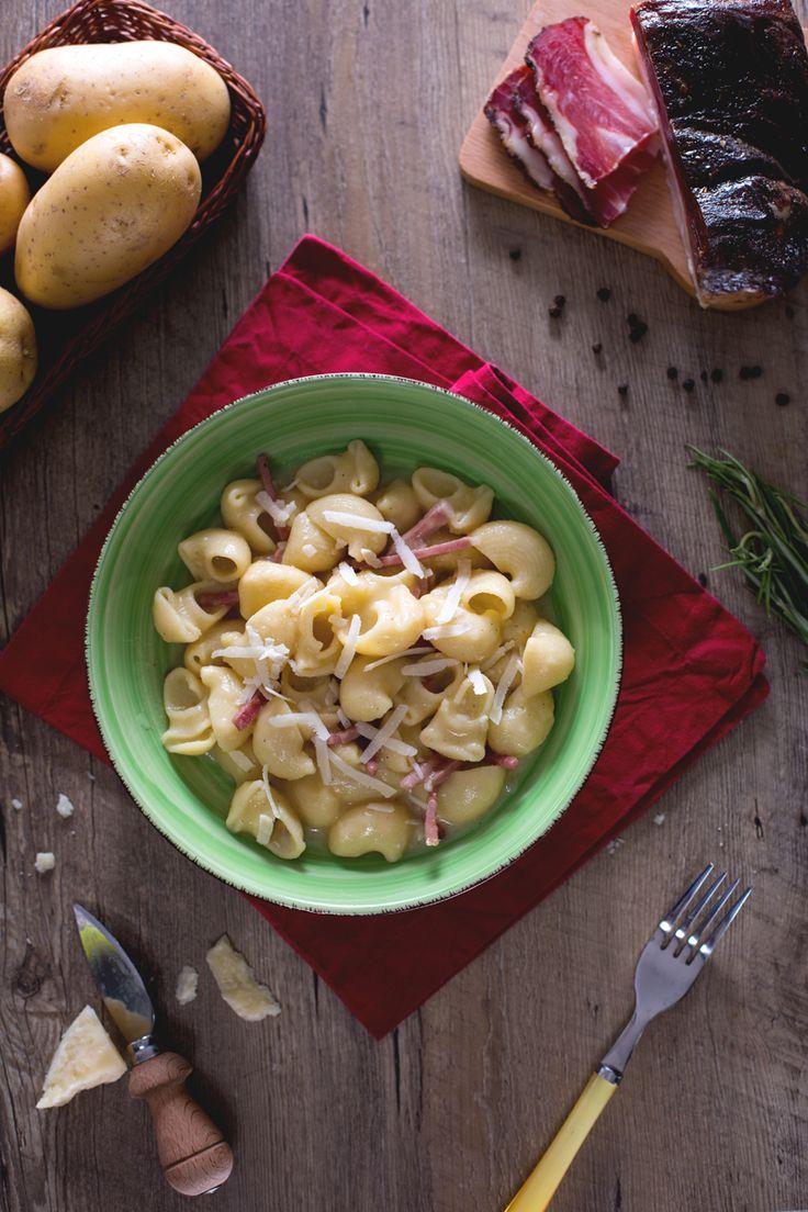 Pipe rigate speck e patate: una rivisitazione imperdibile della #pasta e #patate classica. Il tocco di sapore in più che vi conquisterà? Grazie allo speck affumicato! #Giallozafferano #recipe #ricetta