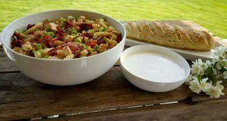 Kylling- og baconsalat med epledressing og urtebrød
