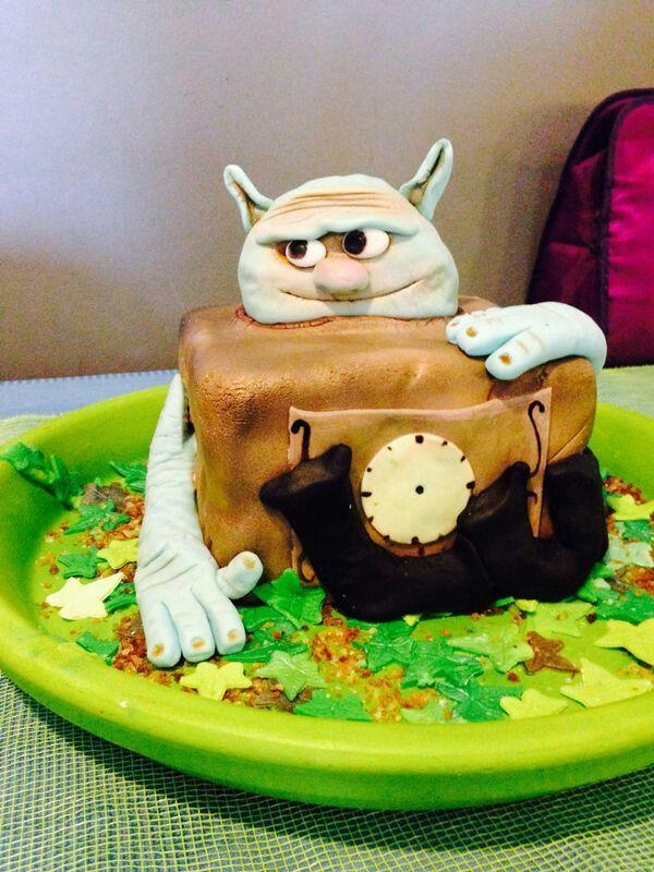 Box troll cake clock
