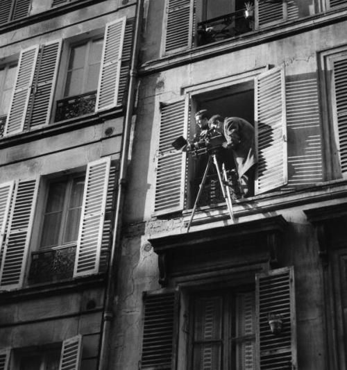 Director François Truffaut and Cinematographer Raoul Coutard film Antoine et Colette from a window in Paris. The short was made for L'amour à vingt ans, a French-produced anthology collection featuring the works of other acclaimed directors including Marcel Ophüls and Andrzej Wajda.
