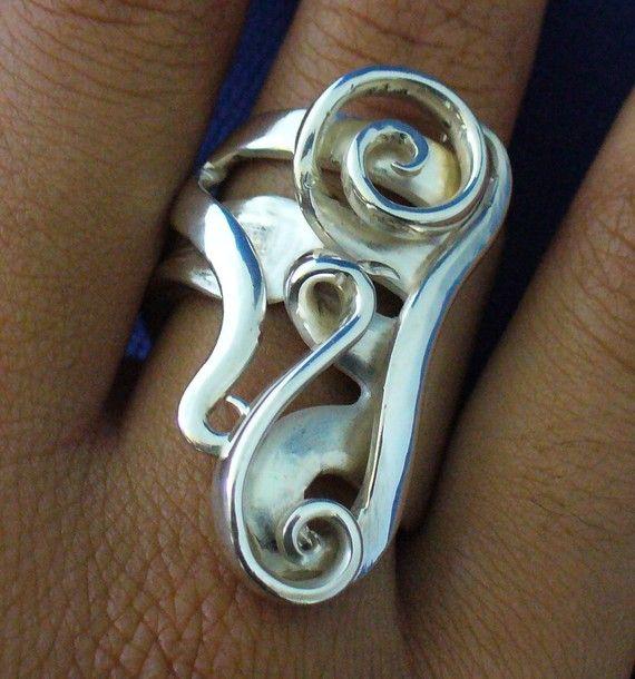 Dieser Ring besteht aus einer tatsächlichen antikes Sterling silber Gabel... Das Stück ist ganz handgearbeitet mit Hand-Werkzeuge. Dieser Ring ist groß und Blickfang. Es ist knapp lang eineinhalb cm und wiegt 22,7 Gramm. der Ring kann dimensioniert sein, dass jeder Finger von Größe 8-12 passen. Stellen Sie sicher, dass Ihre Ringgröße bei der Bestellung, damit Ihr Ring auf Ankunft passt. Vielen Dank.