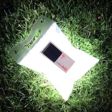 ルミンエイド - デコレーションライト -太陽光で繰り返し充電できるLEDライト   2010年のハイチ地震をきっかけに、コロンビア大学の学生アンドレアとアナによって考案された照明「ルミンエイド」。5時間の太陽光充電で約8時間点灯します。ビニールを膨らませて光を拡散、LEDの鮮やかな明るさが、ほんわりと目に優しい灯りに。防災用品としてはもちろん、アウトドアやキャンプなどさまざまに活躍してくれる照明です。