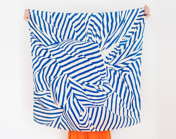 Rayure furoshiki (marine) japonais éco emballage textile/foulard, fait à la main au Japon par TheLinkCollective sur Etsy https://www.etsy.com/fr/listing/116784137/rayure-furoshiki-marine-japonais-eco