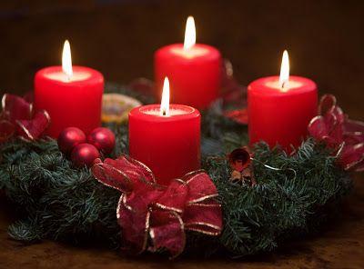 Coronas de Adviento con velas rojas encendidas para Navidad | Banco de Imágenes