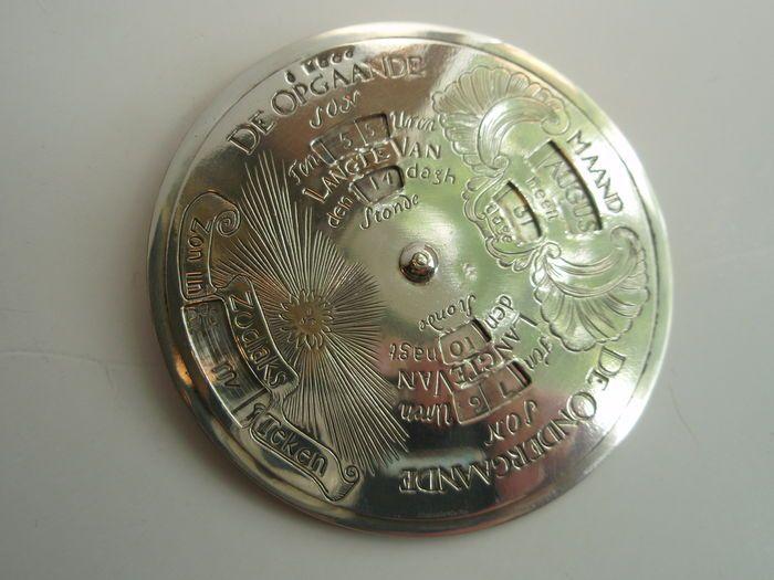 Online veilinghuis Catawiki: Zilveren eeuwigdurende kalender naar 18e eeuws voorbeeld, Begeer b.v., Zoetermeer, 1999