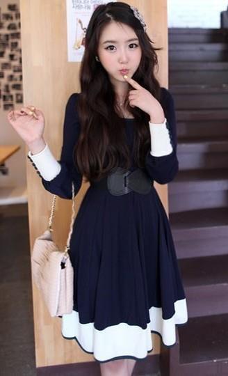 vestido marino quitando la expresion tonta de la modelo y ese horrible cinturón, el vestido no está mal, aunque no lo conjuntaría con ese bolso