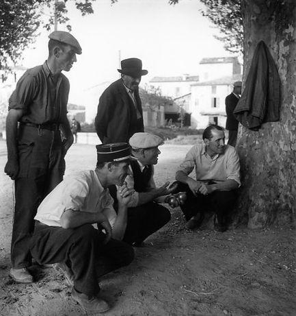 Atelier Robert Doisneau  //  Les boulistes. Vinon sur Verdon, 1945. (  http://www.gettyimages.co.uk/detail/news-photo/man-playing-petanque-in-vinon-sur-verdon-france-in-1945-news-photo/142369346