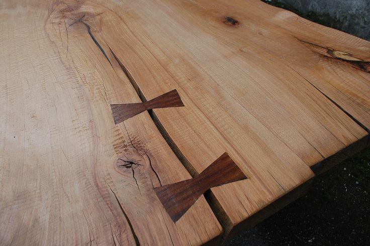 Tavolo in legno massello di Faggio. L'azione della pialla durante la lavorazione a mano ha fatto emergere dei segni in superficie, segni che sono diventati una caratteristica del piano. Non m eno importante la decisione di aggiungere due tasselli a farfalla in Teak che rispecchiano la forma a X del basamento.