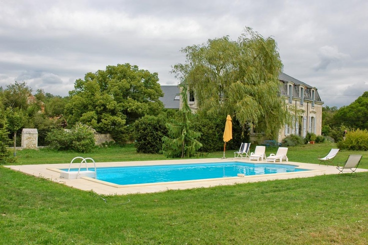 In this picture, you can see the beautiful swimming pool which will be at your disposal if you choose the Bed & Breakfasts of Bossay-sur-Claise in south Touraine, near the spa of La Roche-Posay and the Futuroscope park. Sophisticated and modern decoration. Green and quiet suroundings