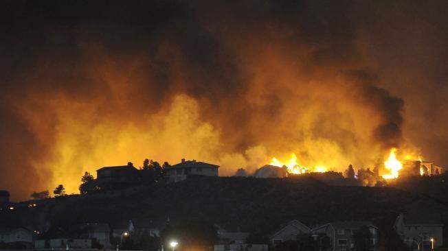 Incendio obliga a 36 mil habitantes a abandonar sus hogares en Colorado