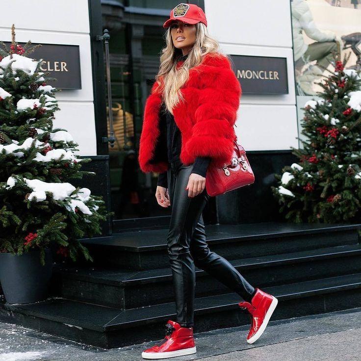 Почти все из нас уже поддались активному влиянию спортивного стиля: летнее сочетание - кедыкроссовки с платьем плавно перешло в осеннее - кроссовки пальто. И сейчас sportstyle достиг своего апогея - зимой мы начали носить кроссовки с шубой!  Сумасшедшую идею сочетать мех со спортивной обувью предложила еще в 90-е хип-хоп-культура: Пи Дидди и Канье Уэст баскетболисты и игроки НФЛ спокойно разгуливали в массивных шубах в пол и кожаных кедах или кроссовках. Еще год назад кроссовки одетые с…